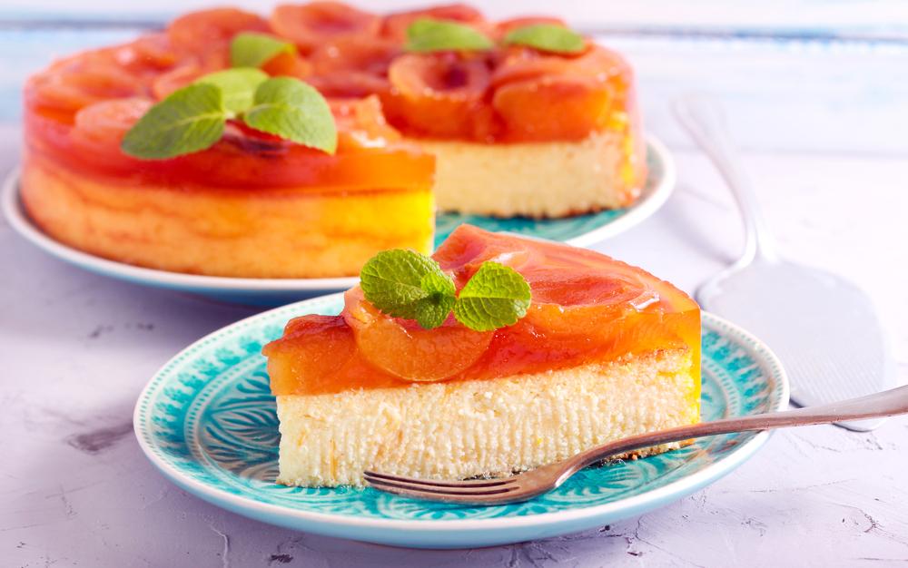 Cheesecake all'albicocca: un fresco dessert con frutta di stagione
