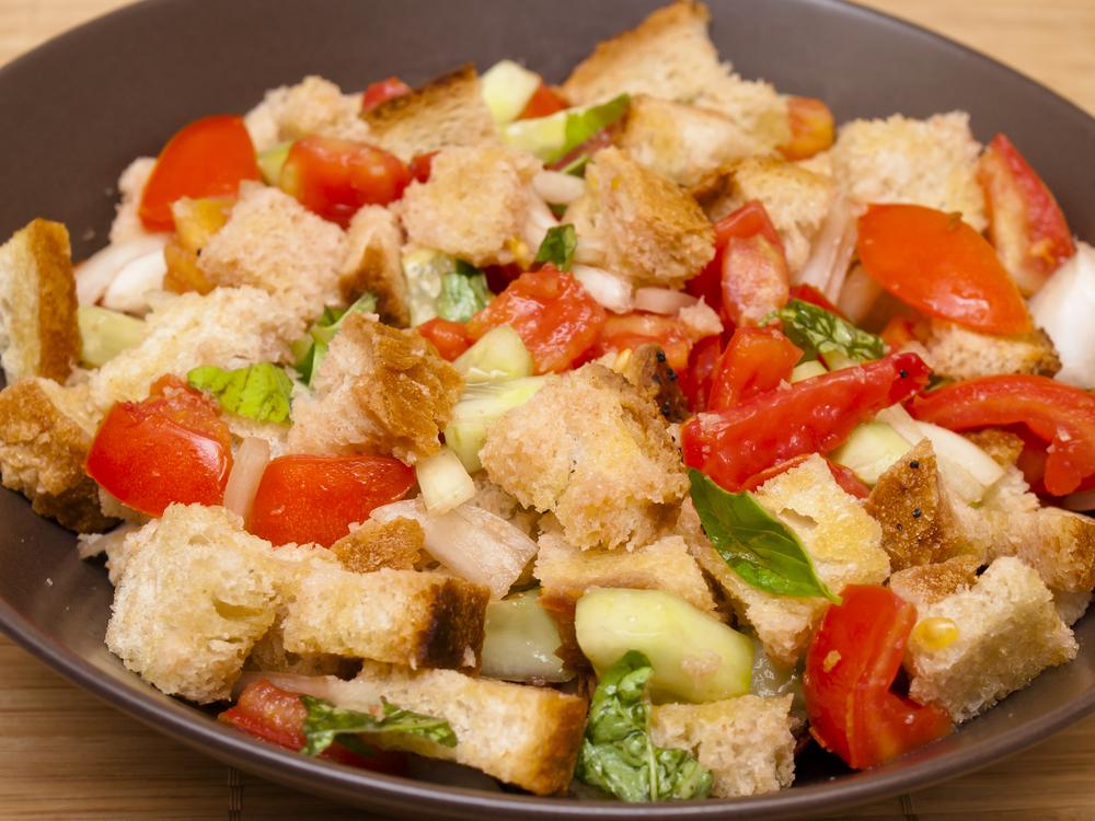 La panzanella: l'insalata italiana di pane e pomodori