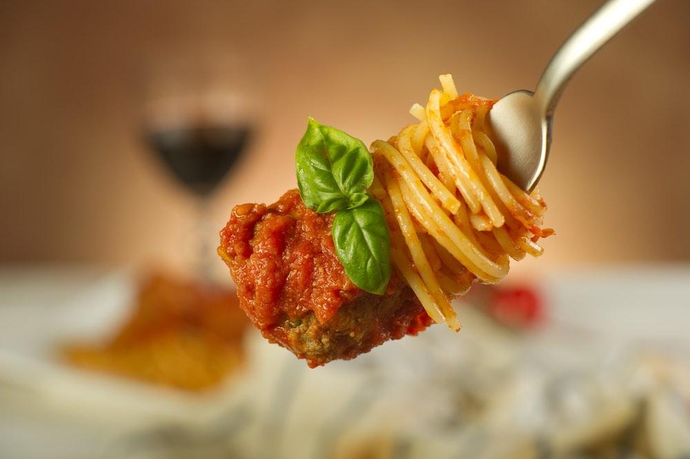 Spaghetti con le polpette: piatto italiano sì o no?