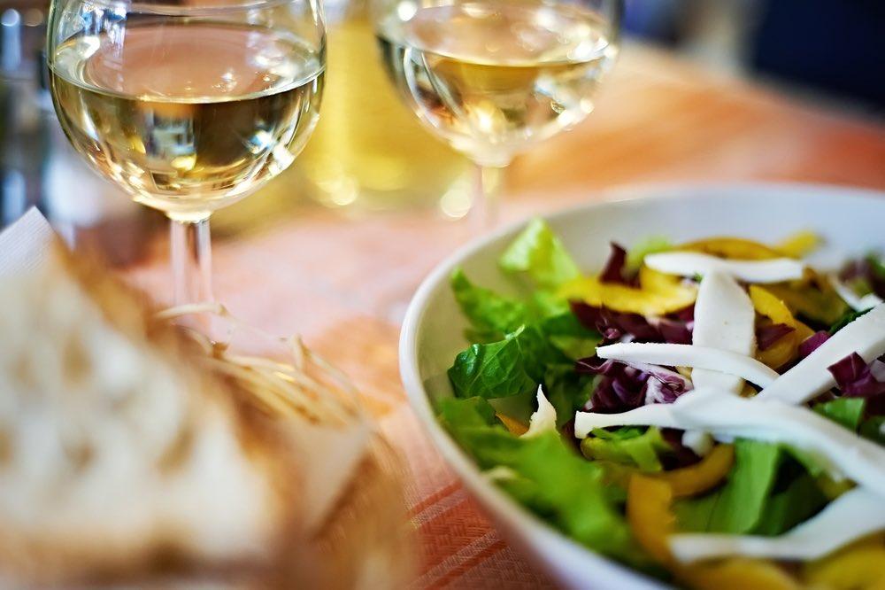 Vino e insalate: come abbinare la leggerezza al gusto