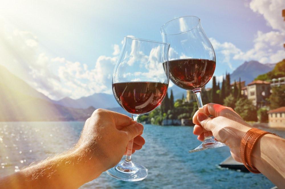 Un sorso in riva al lago: tre mete per tre vini